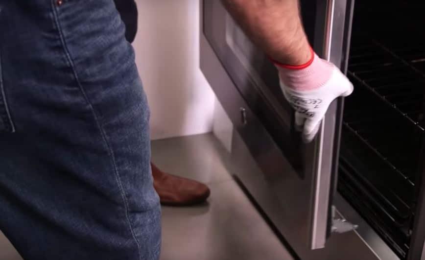 clean between oven door